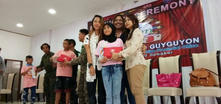 During the moving up ceremony where Kaye Koo of SinagTala Foundation helped in disseminating the Nutri10Plus and DayCee vitamin pouches to the kids 710x335 - Mommy Bloggers Shared The Love To Kids In Marawi Through Nutri10Plus Syrup Vitamin Blog Campaign